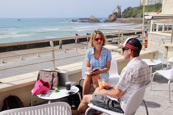 Strand-Kunstler Sam Dougados im Gespräch mit Carole