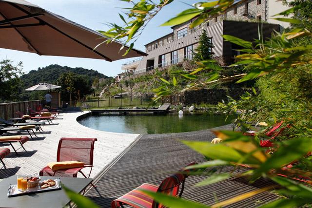 Natürliches Schwimmbad im großen Garten des Hotels