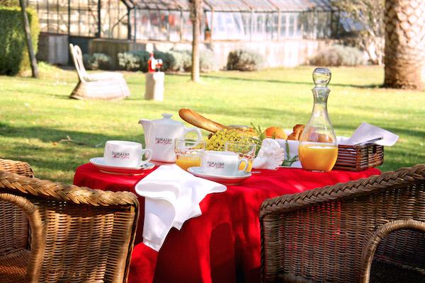 Frühstück im Garten des Bed & Breakfast in Corbieres, Südfrankreich
