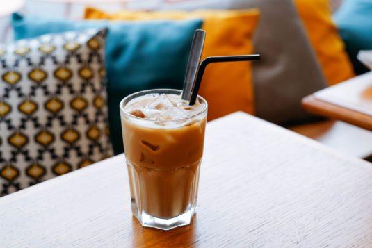 Eis Kaffee bestellen in Frankreich im Sommer