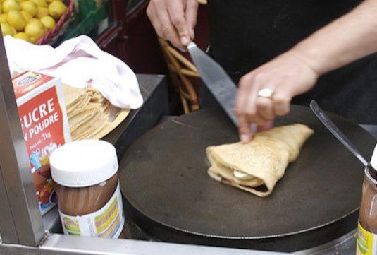 Crêpe-Bäcker in den Straßen von Paris