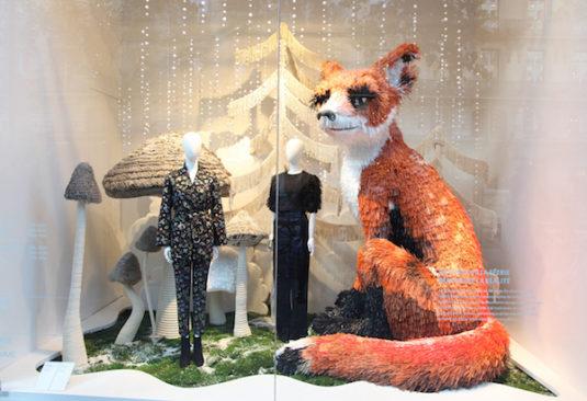 Schaufenster von H&M auf dem Boulevard Hausmann mit einem Kunstwerk Paris