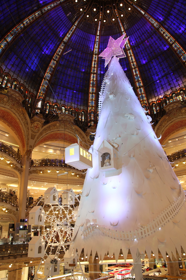 Weihnachtsbaum drinnen bei Galeries Lafayette