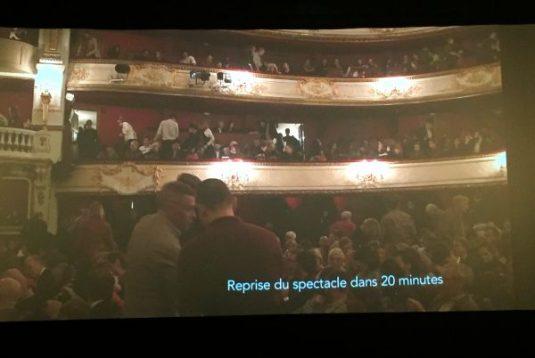 Während in Paris Theaterpause war, wurden in Amsterdam Interviews mit den Theaterspielern und dem Modeschöpfer eingespielt.