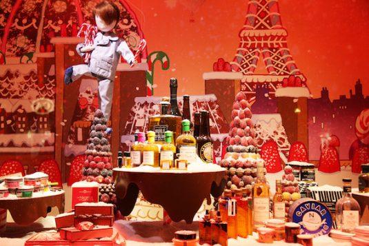 Weihnachtsbeleuchtung und festlich dekorierte Schaufenster in Paris