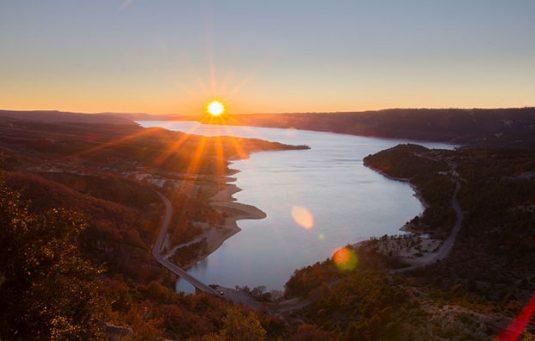 Lac de Sainte-Croix bei der Gorges du Verdon: azurblau im Sommer, goldglänzend im Dezember.