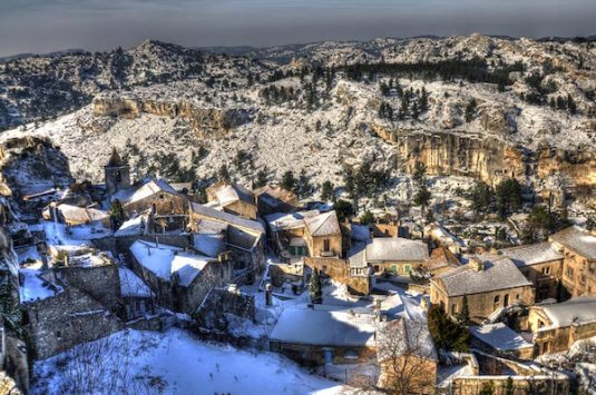 Das Dorf Les-Baux-de-Provence unter einer dünnen, weißen Decke