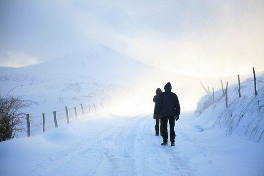 Wanderer in der Auvergne betrachten den verschneiten Puy Mary