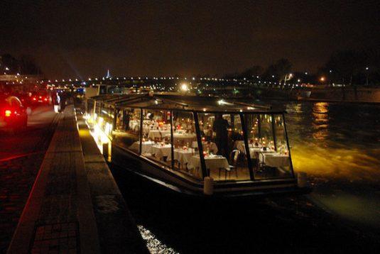 Viele Rundfahrtboote bieten eine Fahrt durch Paris mit Abendessen auch an Silvester an
