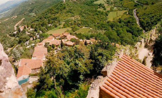 Dorf Castelnou zu Füßen einer mächtigen Burg aus dem 10. Jahrhundert