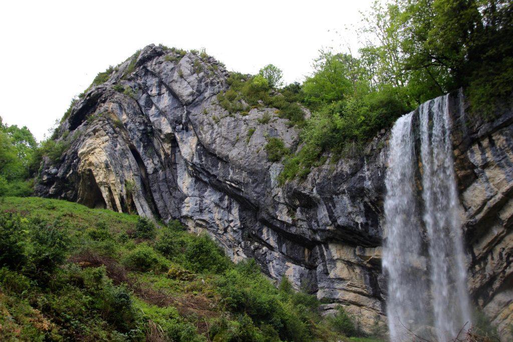 Regionales Naturpark Haut-Jura: Chapeau de Gendarme Wasserfall