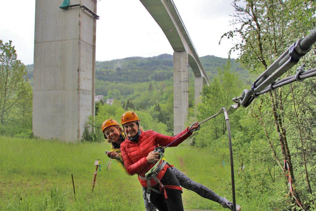 Ziplinen unter einem Viadukt - Montagnes du Jura