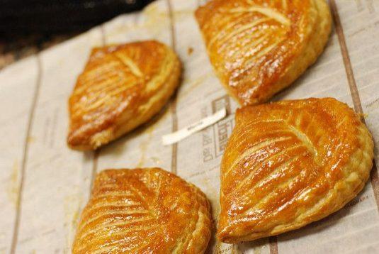 Viennoiseries beim französischen Bäcker: Chaussons aux pommes