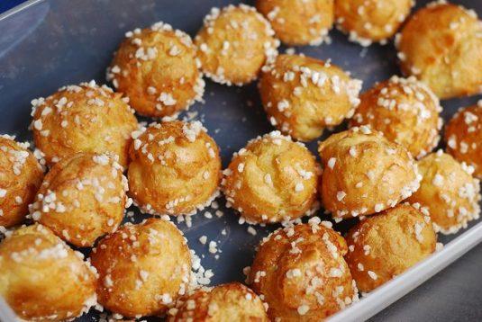 Viennoiseries beim französischen Bäcker: Chouquettes