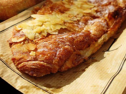 Viennoiseries beim französischen Bäcker: croissant aux amandes