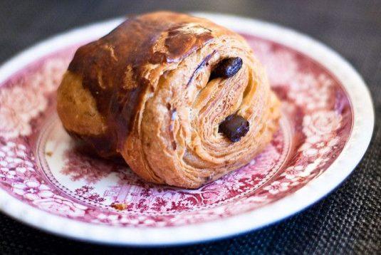 Viennoiseries beim französischen Bäcker: Pain au chocolat