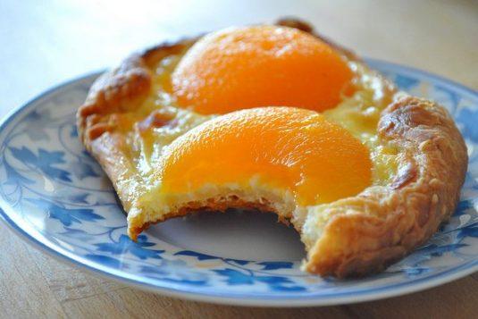 Viennoiseries beim französischen Bäcker: Pain au abricots