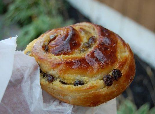 Viennoiseries beim französischen Bäcker: Pain au raisin
