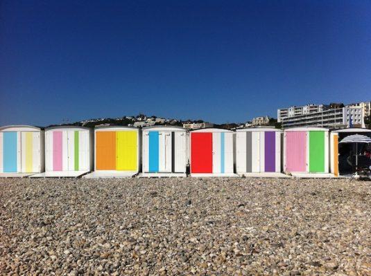 Die bunten Strandhäuschen von Karel Martens am Strand von Le Havre