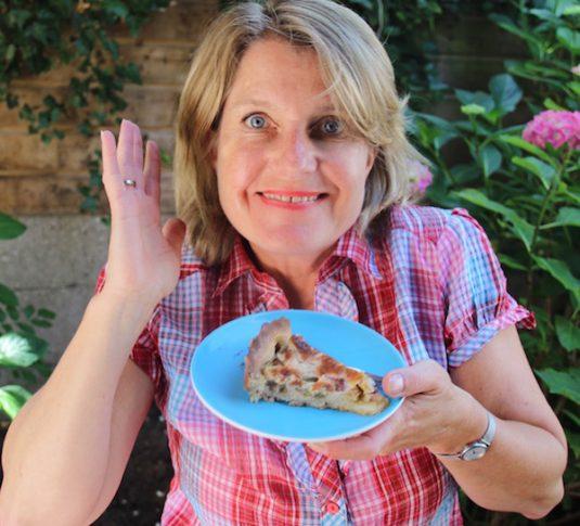 Josee mit Rhabarberkuchen