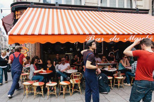 Am frühen Morgen auf den Markt gehen und danach einen Kaffee im Café du Marché trinken.