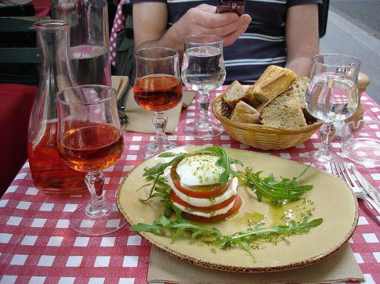 Mittagessen auf einer Terrasse in Frankreich