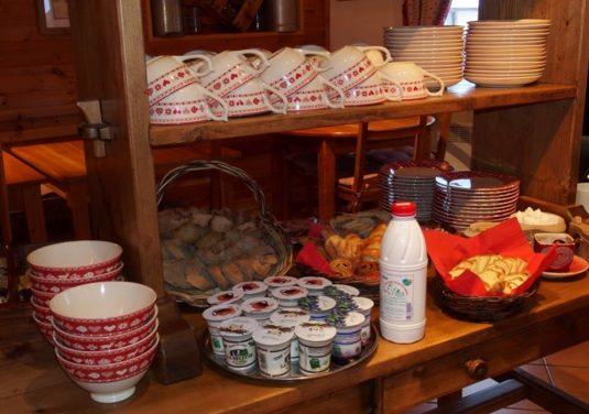 Frühstück beim Chalet d'en Ho im Sommer sowie im Winter