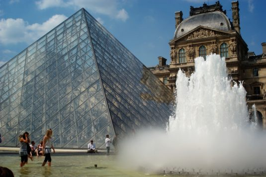 Brunnen Louvre piramide paris cc Thierry Darriet