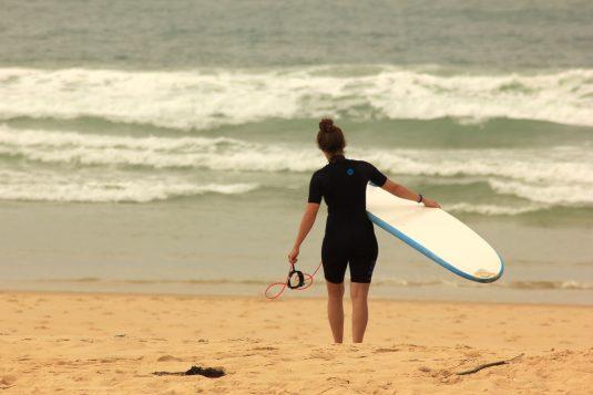 Kira am Strand beim Surfurlaub in Mimizan