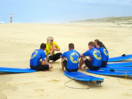 Gruppe beim Surfurlaub in Mimizan Strand
