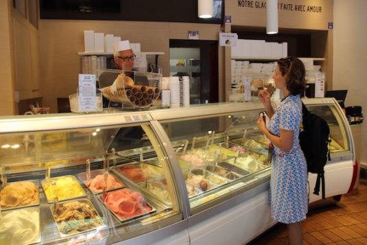 Eis testen bei der Eisdille Arlequin Gelati in Nizza