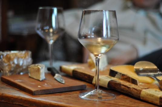 vin blanc et fromage cc Matej Novak