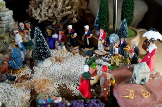 Weihnachtskrippe –lacrèche de noël– unter dem Christbaum