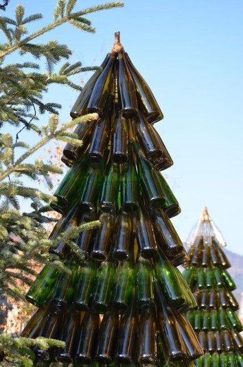 Tanenbaum mit Pinot Weinflaschen