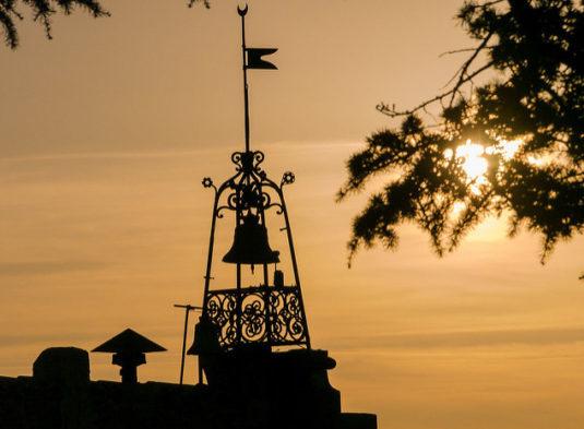 Glockenturm im Dorf Bonnieux