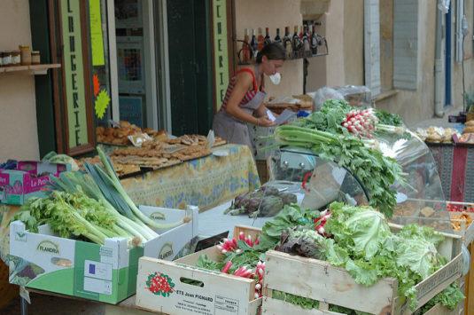 Der Markt von Lourmarin, in dessen Nähe Peter Mayle wohnte (CC/Martin Hapl)