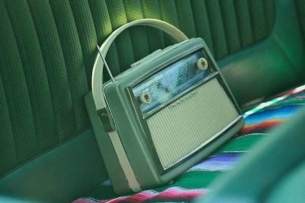 Alle französischen Sender sind problemlos digital über ihre eigenen Websites oder über Online-Radioportale wieonlineradiobox.comzu hören.