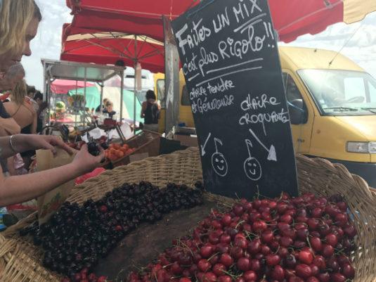 auf dem Markt mit Kindern in Bordeaux
