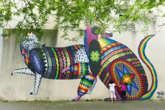 Kinder am Spielen beim Street Art in Bordeaux