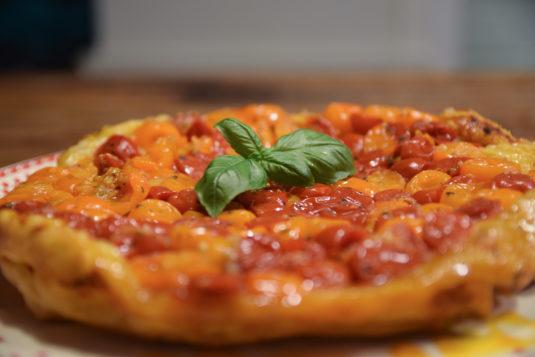 Rezept für Tarte Tatin mit gelben Tomaten und Salat