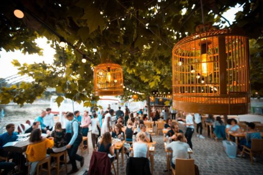 Hippe Terrasse im Sommer 2018 in Paris: La Demesure sur Seine