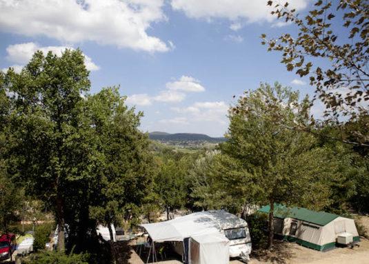 Grünes Campingplatz am Fluss