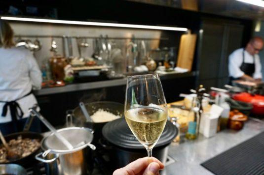 Snacks zum Champagner servieren