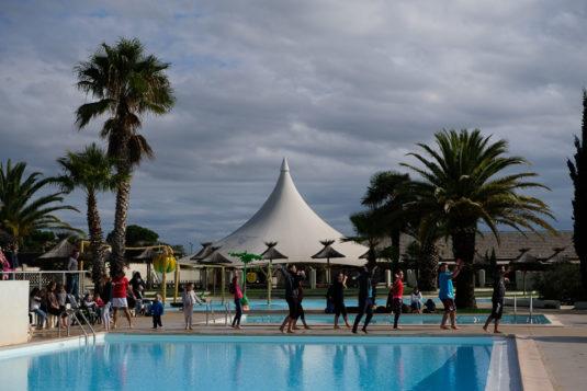 Campingplatz Sunelia Dragonniere Kinder und Eltern Animation am Pool