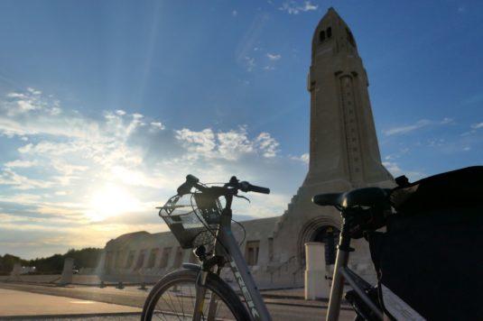 Beinhaus von Douaumont mit dem Fahrrad