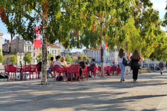 In Verdun braust das Leben. Im Zentrum und in den Straßencafés am Maas-Ufer ist eine Menge los