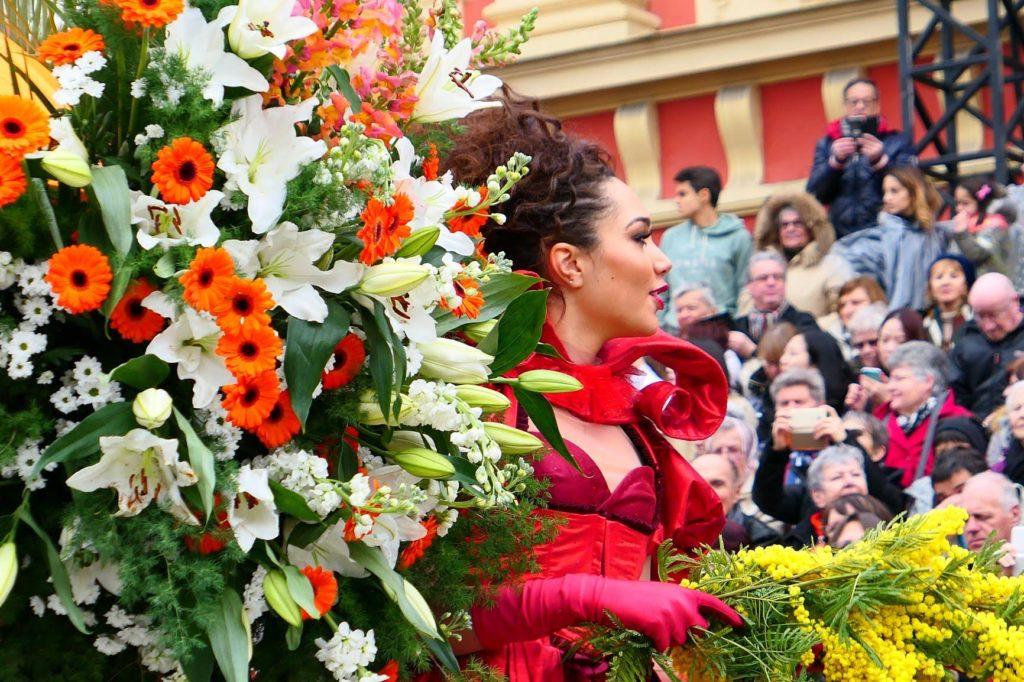 Blumen verteilen Nizza Karneval