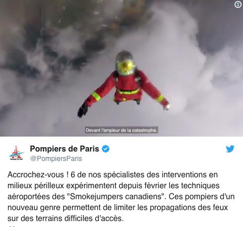 Per Fallschirm einschwebende Feuerwehrleute