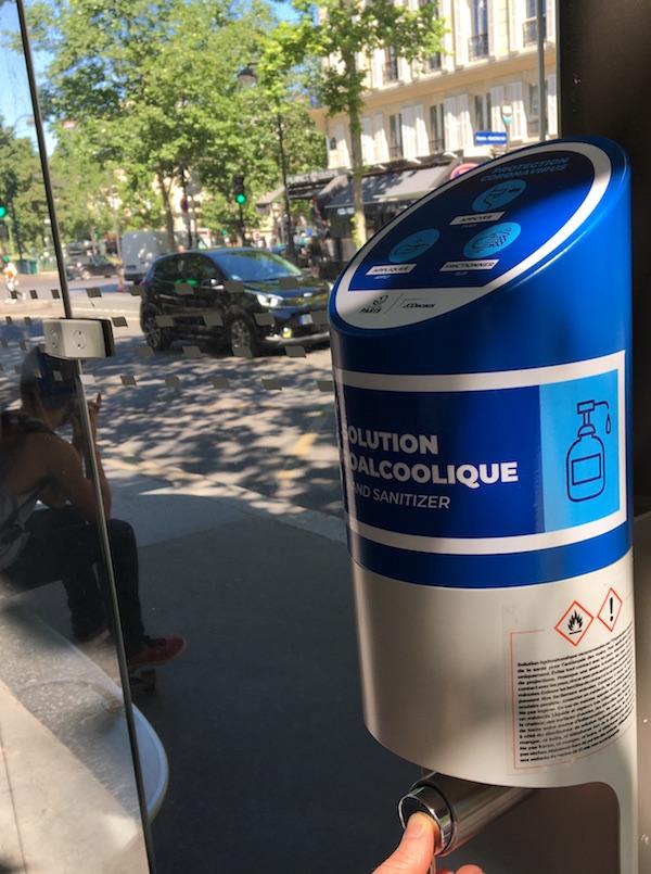 Hand-Gel-auf-der-Straße-Paris-Lyon